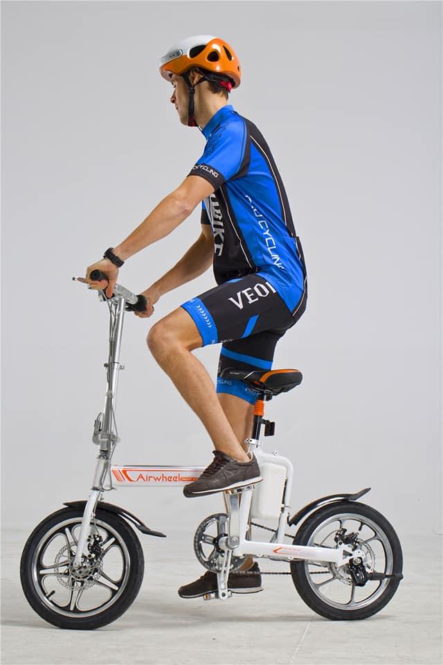 Deportista usando e-bike